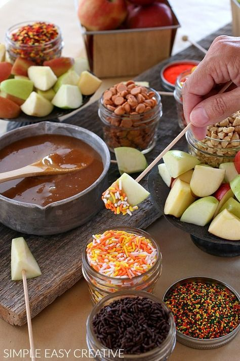 Caramel Apple Fondue - Hoosier Homemade Caramel Apple Fondue :: This fun Fall Treat is SUPER easy to serve! Make Caramel Sauce for Apples with only 5 ingredients in less than 10 minutes! Apple Recipes, Fall Recipes, Holiday Recipes, Caramel Recipes, Halloween Appetizers, Halloween Food For Party, Halloween Apples, Creepy Halloween Food, Fall Appetizers