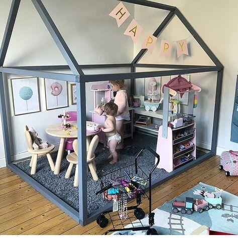 """Comme structure pour la salle de jeu, en aménageant des """"pièces"""" à l'intérieur: cuisine pour lui, chambre des """"enfants"""" pour ses poupées à elle..."""