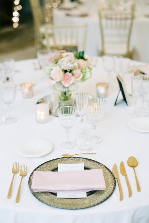 Deze zacht roze en goude kleuren geven een romantische toets aan je tafel. Meer inspiratie bij House of Weddings! #houseofweddings #wedding #trouw #trouwen #table #decoration #weddingtable (Fotograaf: Elisabeth Van Lent - Planning en styling: Paloma Cruz Eventos)