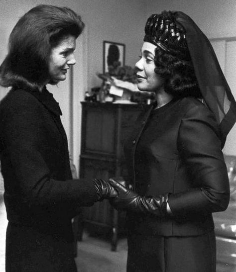 Former first lady Jackie Kennedy and Coretta Scott King at Martin Luther King Jr.'s 1968 funeral. Just five years earlier her husband President John F Kennedy was assassinated too, just like Martin Luther King Jr! What a pity. Jackie Kennedy, Les Kennedy, Jaqueline Kennedy, Kennedy Wife, Robert Kennedy, Women In History, World History, Black History, Ancient History