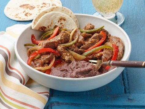 Recipe of the Day: Puntas de Res a la Mexicana 🤤 A dry spice rub on the meat imparts a great deal of flavor, and a luxurious sauce coats the stewed beef, tomatoes and fresh chiles güeros. This dish is a classic, and you'll keep you coming back for another tortilla-full.