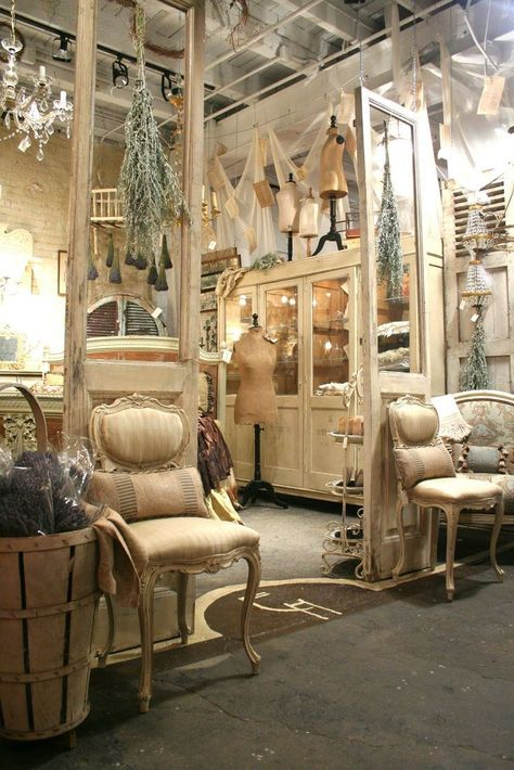 Old doors with tall inset glass panes are used in a retail display as partial room dividers. - DIY Homes Decor Vintage Booth Display, Antique Booth Displays, Antique Booth Ideas, Antique Mall Booth, Vintage Ideas, Design Café, Booth Design, Store Design, Design Shop