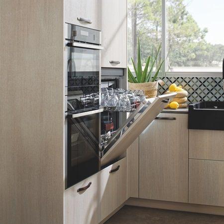 Vue Du Meuble Avec Four Micro Onde Et Lave Vaisselle Integre Ouvert Dans Facade Couleur Bois Meuble Lave Vaisselle Cuisine Moderne Cuisines Design