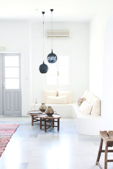 Niedrige Tische und tief hängende Lampen sorgen optisch für eine höhere Decke