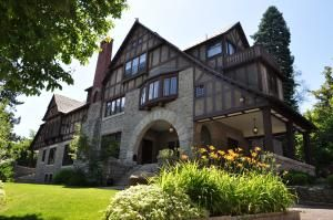 Designed By Kirtland Cutter In Was Once Home To The Father Of Spokane James Glover And Is Now An Intimate Venue For Events Especially Weddings