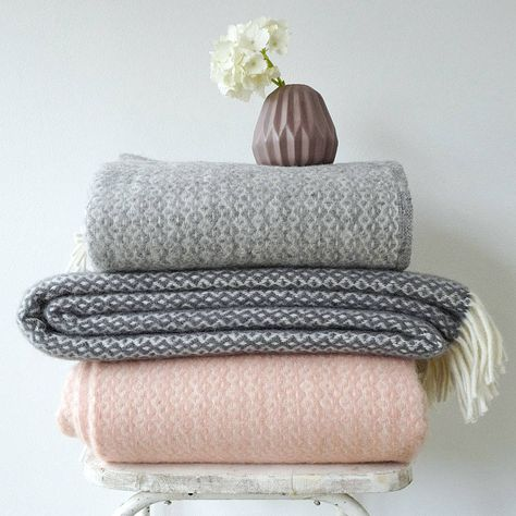 Are you interested in our grey pattern lambswool blanket with fringes? With our lambswool blanket for home you need look no further.