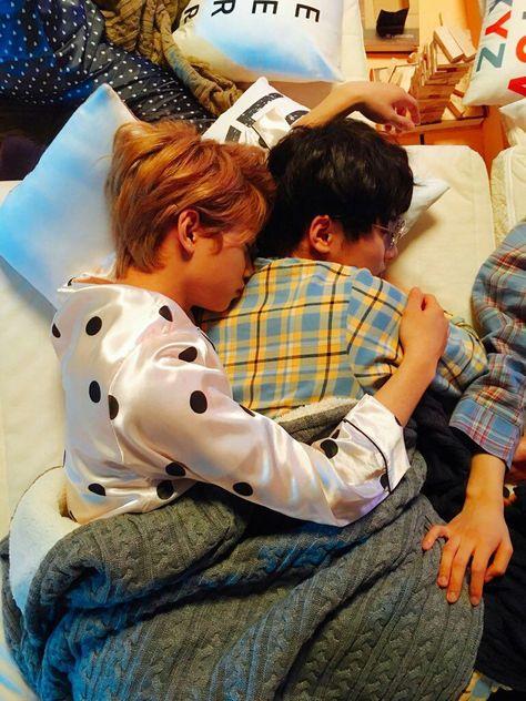 Stray Kids Felix and Jeongin K Pop, Nct, Sarah Andersen, Felix Stray Kids, Kid Memes, Kids Wallpaper, Kids Sleep, Lee Know, Kpop Boy