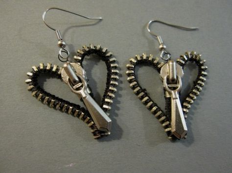 Want so badly to make these heart zipper earringssuper simple but cute zipper earrings - angelsThese are awesome except I'm not real into hearts. But I love the zipper idea TutorialsAmalia Versaci makes jewellery and other crafts out of zippers. Zipper Bracelet, Zipper Jewelry, Bracelet Cuir, Fabric Jewelry, Beaded Jewelry, Handmade Jewelry, Unique Jewelry, Jewelry Necklaces, Bullet Jewelry