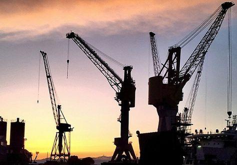"""#Genova secondo gli """"Igers"""". Le gru del porto al tramonto"""