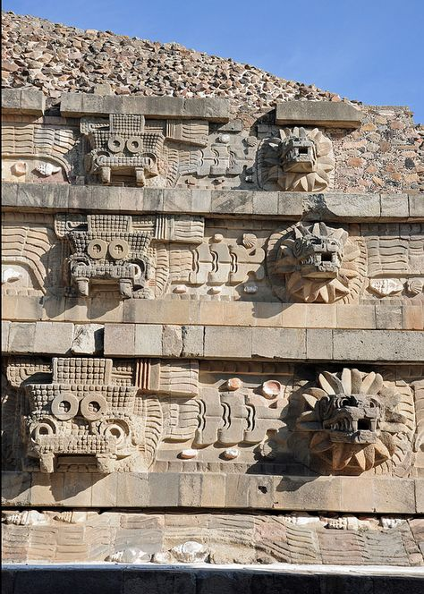 Temple of the Feathered Serpent (Pirámide de la Serpiente Emplumada), Teotihuacan, Mexico. Note the two different heads, they are both representations of quetzalcoatl and alternate across the pyramid Mayan Ruins, Ancient Ruins, Ancient Art, Ancient History, Ancient Greek, Feathered Serpent, Aztec Culture, Inka, Aztec Art