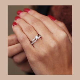 Pin By Analia Eersteling Ramirez On Kleinfeld Wedding Ring Designs Delicate Wedding Ring Wedding Rings Engagement