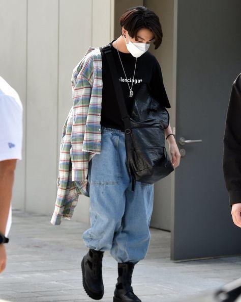 Jungkook Outfit, Jungkook Style, Jungkook Fashion, Foto Jungkook, Kpop Fashion, Fashion Outfits, Jimin, Plaid Fashion, Converse Bleu