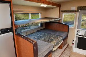Overhead Bunk In Dinette Arctic Fox Campers Camper Bunk Beds