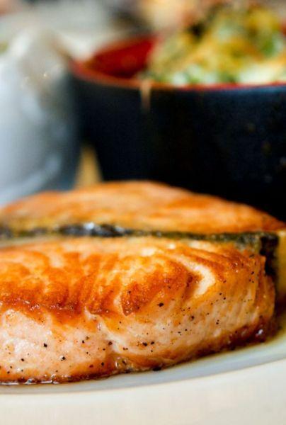 Salmón Con Mantequilla De Eneldo Receta Fácil En El Horno Mui Kitchen Al Horno Recetas Fáciles Nutrición Recetas De Comida