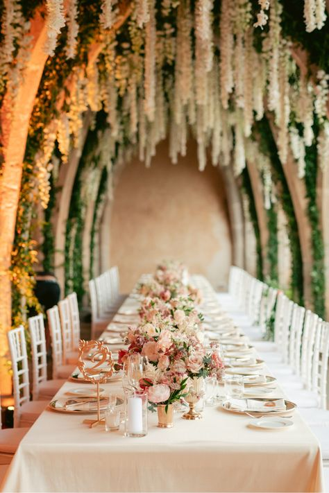 From the editorial Find Out Why This Villa Is Forever Our Favorite Amalfi Coast Wedding Venue. If you're into flowers, you do not want to miss this epic floral installation! Not to mention the view from the reception dinner! Photography: @bottega53 #italywedding #weddinginitaly #floralinstallation #weddingflowers #destinationwedding #mediterraneansea