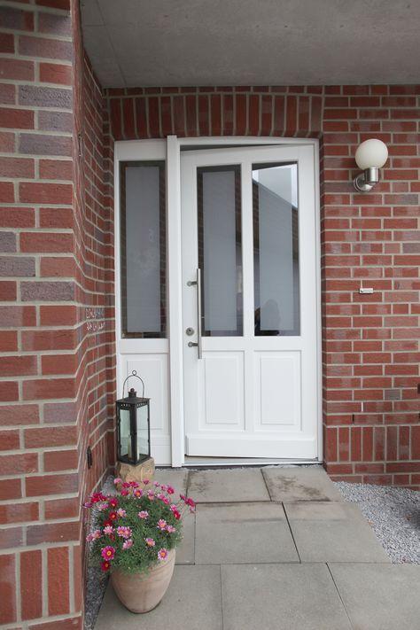 Weiße Haustür weiße rahmen haustür aus holz mit kleinem seitenteil perfekt