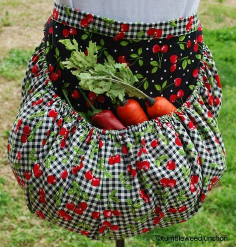 LOVE this apron idea! Garden Harvest Apron by TumbleweedJunction on Etsy Fabric Crafts, Sewing Crafts, Sewing Projects, Garden Projects, Garden Ideas, Diy Crafts, Sewing Aprons, Aprons Vintage, Vintage Apron Pattern