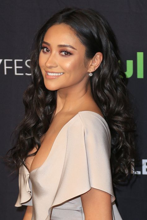 Shay mitchell s hairstyles hair colors steal her style chinese girls Shay Mitchell Makeup, Shay Mitchell Style, Pretty Little Liars, Steal Her Style, Emily Fields, Side Part Hairstyles, Black Hairstyles, Hairstyles Haircuts, Barrel Curls