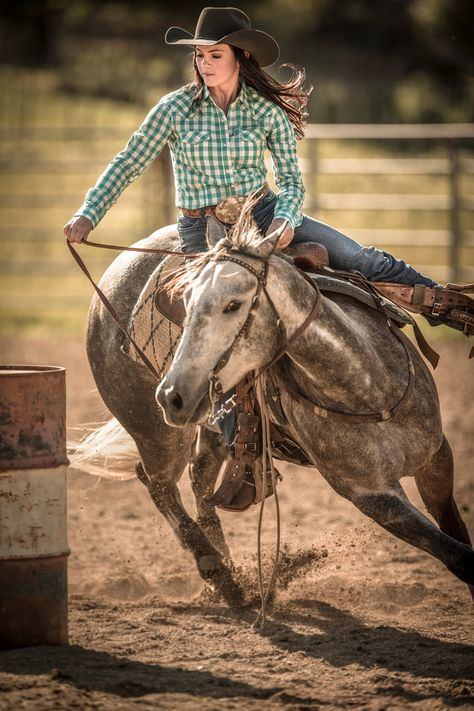 Western Photographer, Tyler Stableford, Captures this Incredible Action Shot of a Modern Cowgirl Barrel Racing at a Rodeo. Foto Cowgirl, Estilo Cowgirl, Cowgirl And Horse, Horse Girl, Barrel Racing Saddles, Barrel Racing Horses, Barrel Horse, Barrel Racing Outfits, Cute Horses
