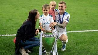 Toni Kroos Feierte Nach Dem Spiel Mit Ehefrau Jessica Und Seinen Kindern Leon Und Amelie V L Den Vierten Toni Kroos Uefa Champions League Champions League