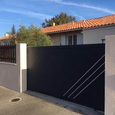 Portail Alu Coulissant Plein Droit Orleans Mister Menuiserie En 2020 Portail Coulissant Portes Fenetres Exterieures Design De Porte Moderne