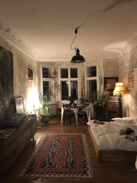 My bed/ livingroom in Berlin with its typical high ceiling. . . #interiordesign #cozyplace #rustic #homedecoration