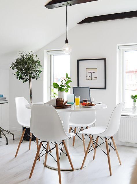 Salle a manger blanche - Table et chaises Eames http://www.m-habitat.fr/par-pieces/salon-et-salle-a-manger/comment-bien-agencer-une-salle-a-manger-3268_A