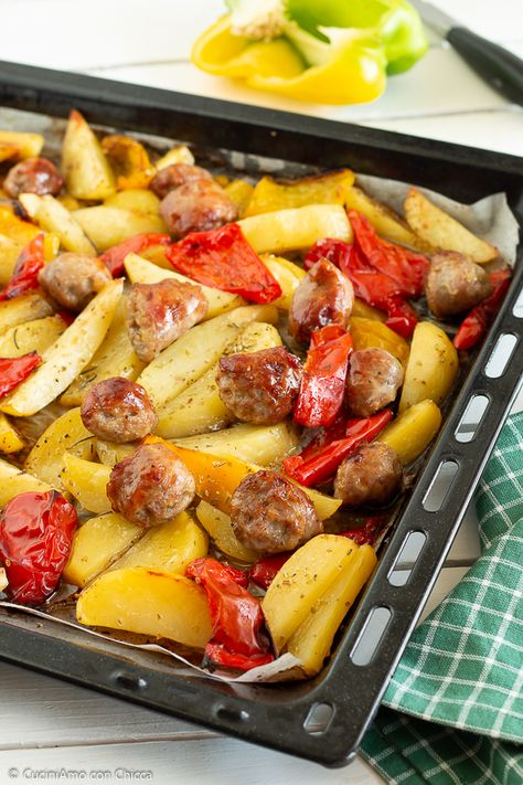 Salsicce Peperoni E Patate Cotte In Forno Cuciniamo Con Chicca Ricette Ricette Con Pancetta Ricette Contorni