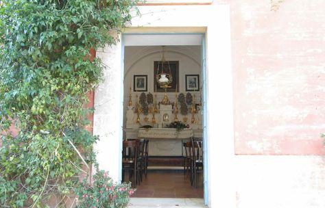 ingresso chiesetta privata consacrata per la celebrazione di anniversari di nozze e cerimonie intime.