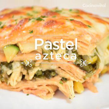 Receta original de Pastel azteca con pollo, chile poblano y elotes. Prepara este tradicional platillo, ideal para consentir a la familia.