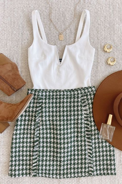 Lulus Exclusive! We're giving the Lulus Get the Grade Green Houndstooth Tweed Mini Skirt an A+ when it comes to staying cute! This academia-inspired tweed skirt has a green and white houndstooth plaid pattern, across its high-waisted design, overlapped panel (with fringey edges), and mini hem. #lovelulus
