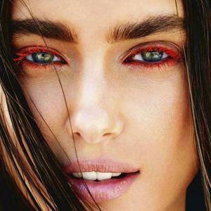 احصلي على مكياج عيون جذاب هذا الصيف بفضل الماسكرا الملونة Colored Mascara Blue Mascara Makeup Looks Tutorial