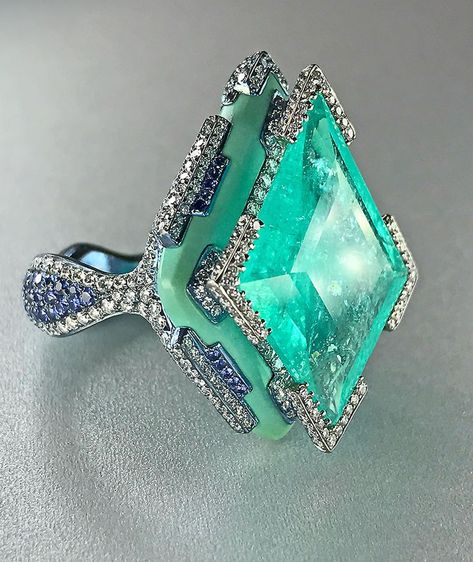 This Paraiba ring by Wallace Chan is inspired by architecture and its relationship with the human body. Jewelry lives on the body and the body lives in architecture. ➰➰ beautiful jewelry Craving an Aquamarine Cocktail Ring? March Out and Buy One Today! Sea Glass Jewelry, Body Jewelry, Fine Jewelry, Jewelry Box, Jewelry Armoire, Jewelry Bracelets, Jewelry Making, Luxury Jewelry, Modern Jewelry