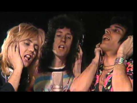 Queen - Somebody To Love (Official Video) Queen es una banda británica de rock formada en 1970 en Londres por el cantante Freddie Mercury, el guitarrista Brian May, el baterista Roger Taylor y el bajista John Deacon. Si bien presentan las bajas de dos de sus miembros -Mercury, fallecido en 1991, y Deacon, retirado de la industria musical-, lo cierto es que la sociedad artística nunca se disolvió.