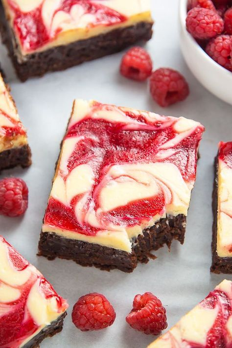 White Chocolate Raspberry Cheesecake Brownies - Baker by Nature Fudge brownies topped with Raspberry Swirled White Chocolate Cheesecake! Brownie Recipes, Dessert Recipes, Brownie Ideas, White Chocolate Raspberry Cheesecake, Raspberry Brownies, White Chocolate Brownies, White Chocolate Desserts, Raspberry Frosting, Chocolate Drizzle