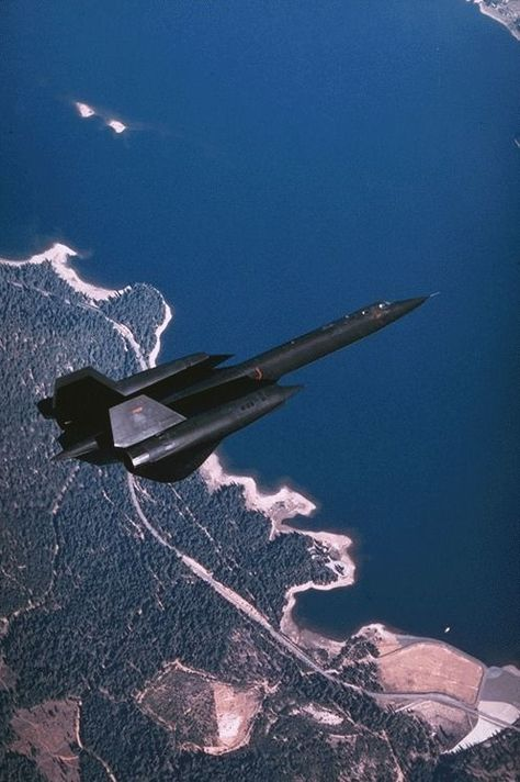 Blackbird ultra high altitude image gathering military legend ( The fastest USAF that's declassified ) ever ✅ Stealth Aircraft, Fighter Aircraft, Fighter Jets, Us Military Aircraft, Military Jets, Airplane Fighter, Transporter, Aircraft Design, Us Navy
