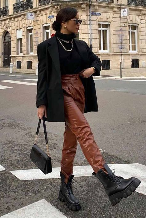 Best casual leather pants outfit ideas for women with most versatile tastes and styles. Leather Trousers Outfit, Brown Pants Outfit, Brown Leather Pants, Outfits With Leather Pants, Black Trousers Outfit Casual, Black Jacket Outfit, Leather Jogger Pants, Blazer Outfits For Women, Brown Blazer