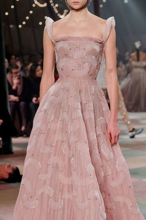Christian Dior Haute Couture Spring-Summer 2019 - fashion shows - Christian Dior Haute Couture Spring-Summer 2019 – fashion shows, - Dior Haute Couture, Christian Dior Couture, Style Couture, Christian Dior Gowns, Christian Christian, Christian Dior Vintage, Vestidos Fashion, Fashion Dresses, Couture Dresses Gowns