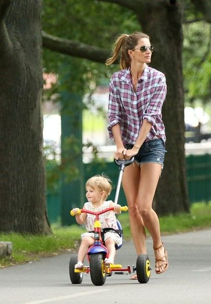 Gisele Bundchen Photos - Gisele Bundchen and Tom Brady with Benjamin and Vivian are seen at the park in Boston. - Gisele and Tom at the Park