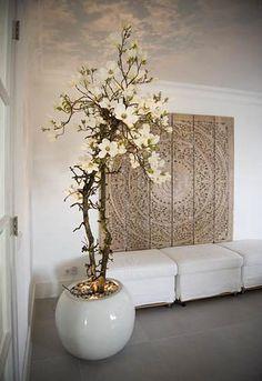 b.art & blooms Ermelo interieurbeplanting en interieurstyling - decoraties kunstbloemen, zijdebloemen, Magnolia takken, Bloesem takken, berkenstammen, ghostwood, druivenhout, perenhout