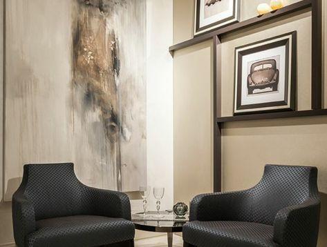 Amenagement Salon Luxueux Avec Des Fauteuils Noirs Et Des Murs En Couleur  Kaki, Un Grand Panneau Décoratif Sur Lu0027un Des Murs En Noir, Blanc, Beige Et  Gris, ...