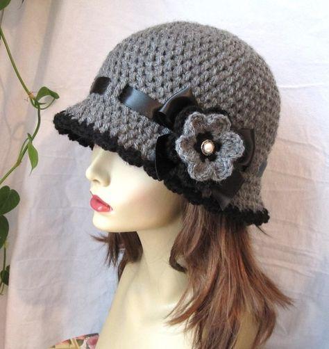 Sombrero del chic Crochet mujer sombrero Cloche gris. Hilado de acrílico  suave hecho a mano. Adornado con lazo negro atado en un arco y una 42670dbad33