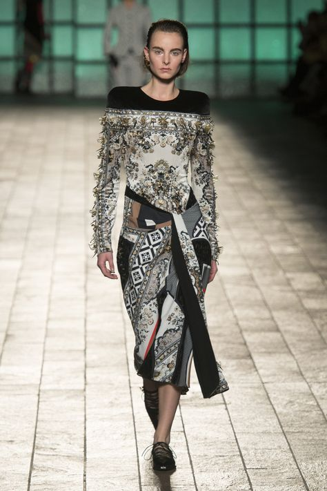 Mary Katrantzou Fall 2018 Ready-to-Wear collection, runway looks, beauty, models, and reviews.