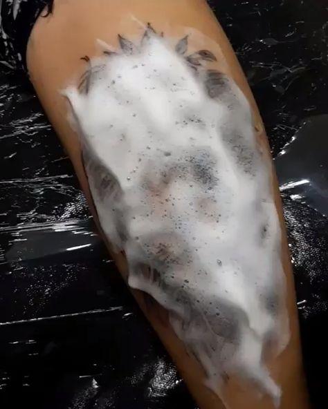 Tattoo de leão delicado com flores em blackwork. Arte criada pelo artista Rafael Viana (rafinha_viiana) de Pederneiras, SP.