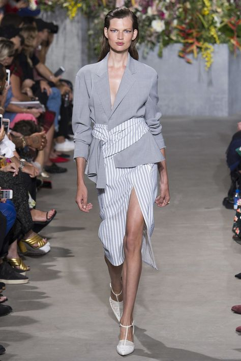 Jason Wu Spring 2018 Ready-to-Wear collection, runway looks, beauty, models, and reviews.