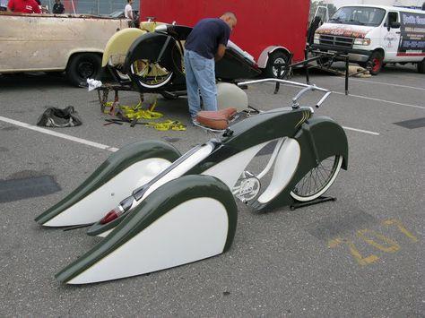 a lowrider trike bicycle. with indian style sweeping fenders. Custom Trikes, Custom Motorcycles, Indian Motorcycles, Triumph Motorcycles, Cool Bicycles, Cool Bikes, Tricycle, Velo Beach Cruiser, Velo Retro