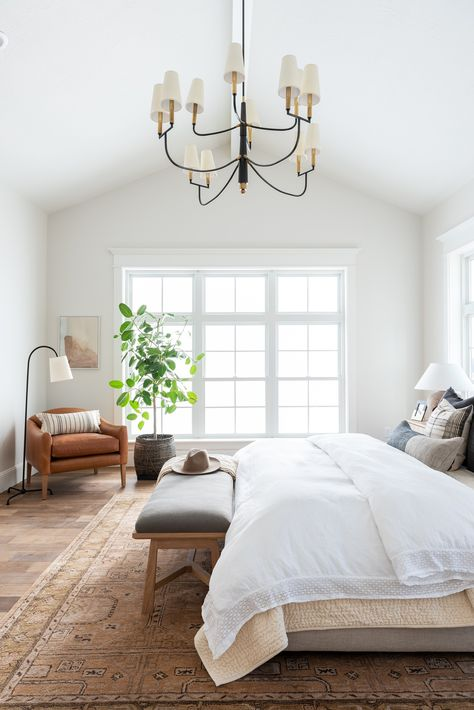Home Interior Loft Large bedroom with classic design style and beautiful rug Home Bedroom, Bedroom Interior, Master Bedroom Design, Bedroom Styles, Large Bedroom, Classic Bedroom Design, Classic Bedroom, Bedroom Decor, Home Decor