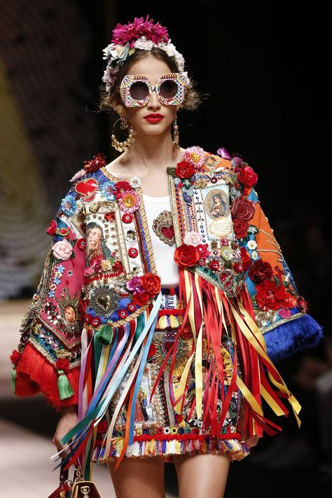 Dolce & Gabbana Spring 2019 Ready-to-Wear collection, runway looks, beauty, models, and reviews.