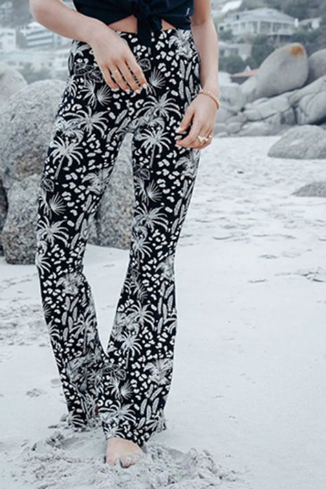 high waist flared jeans met all over print