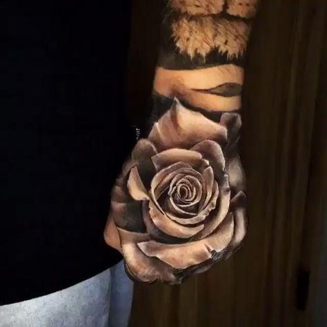 Flor em preto e cinza na mão